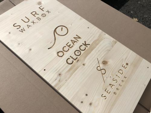 Plaque en bois gravée